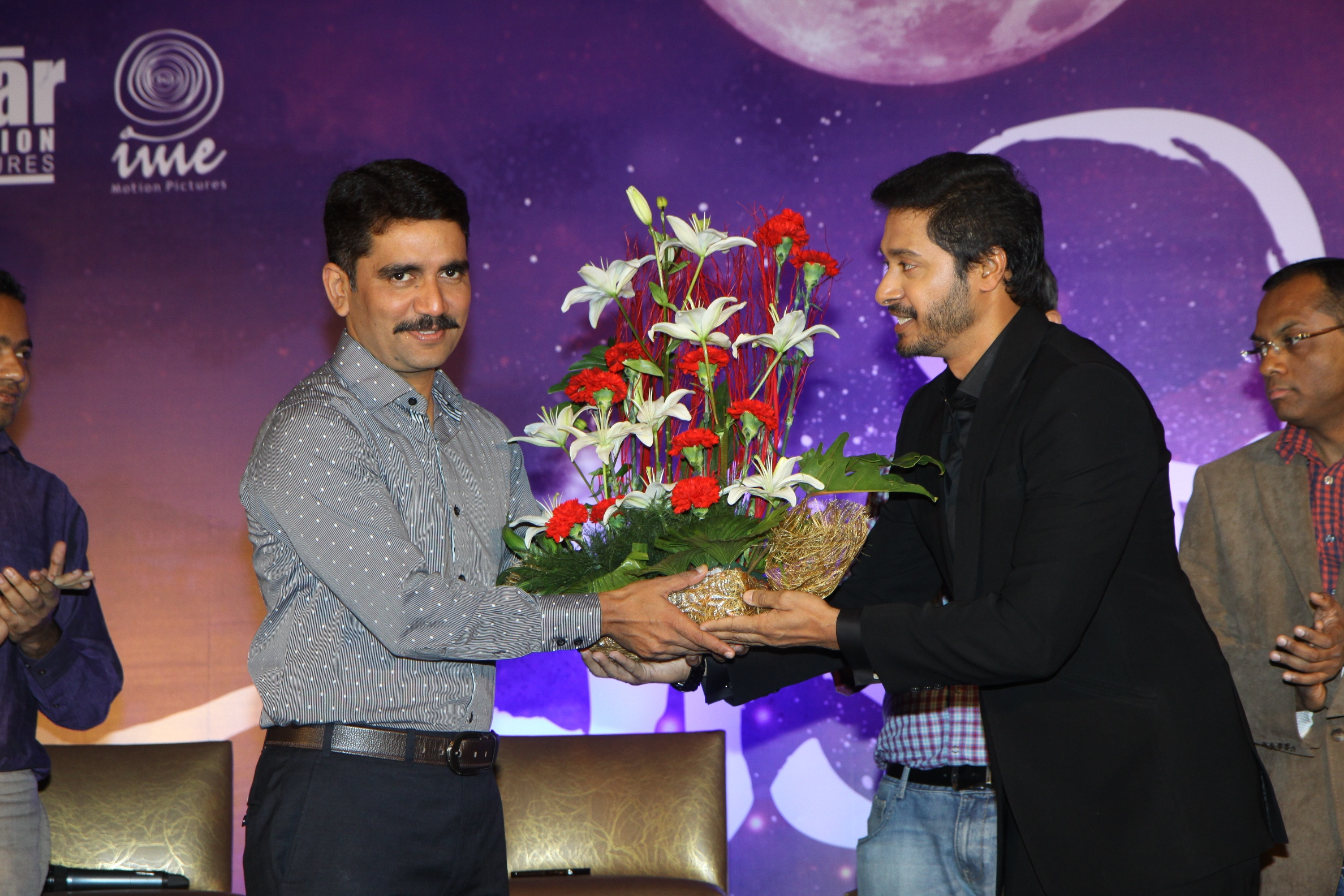 Shreyas Talpade presenting a bouquet to guest of honor Additional Commissioner of Police, Vishwas Nangare Patil