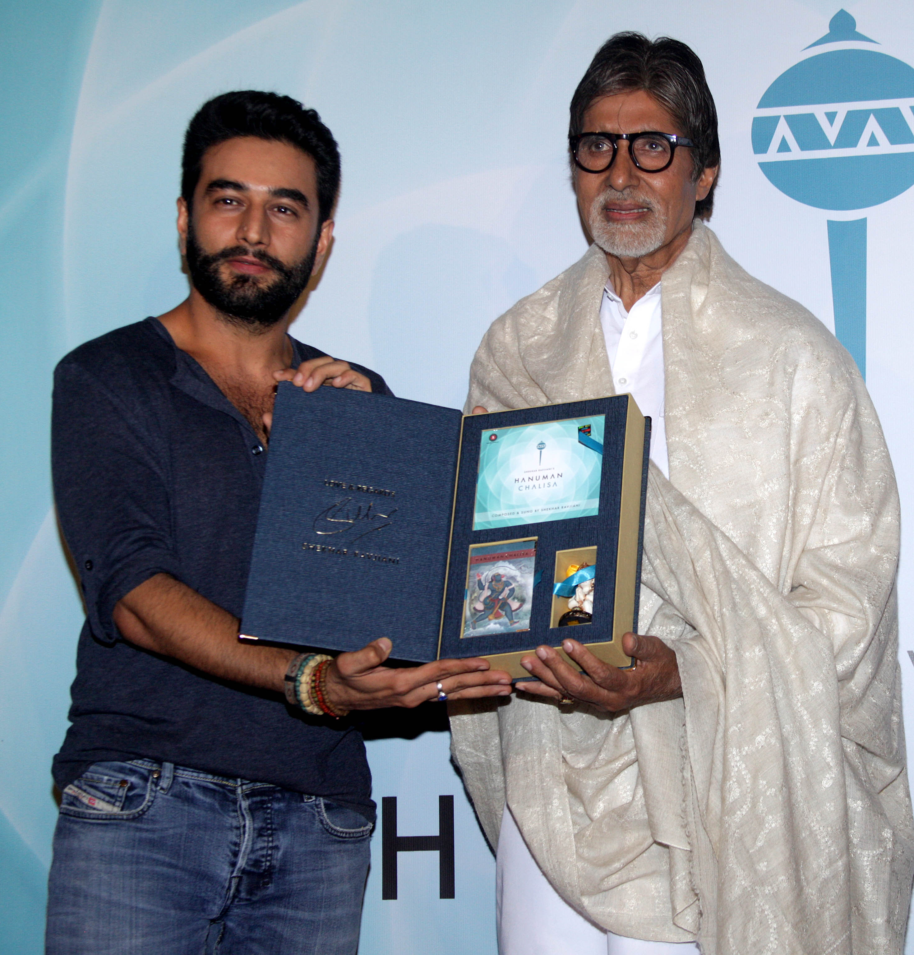 Shekhar Ravjiani and Mr. Amitabh Bachchan at the launch of Shekhar Ravjiani's Hanuman Chalisa in Mumbai on 29.07.2014