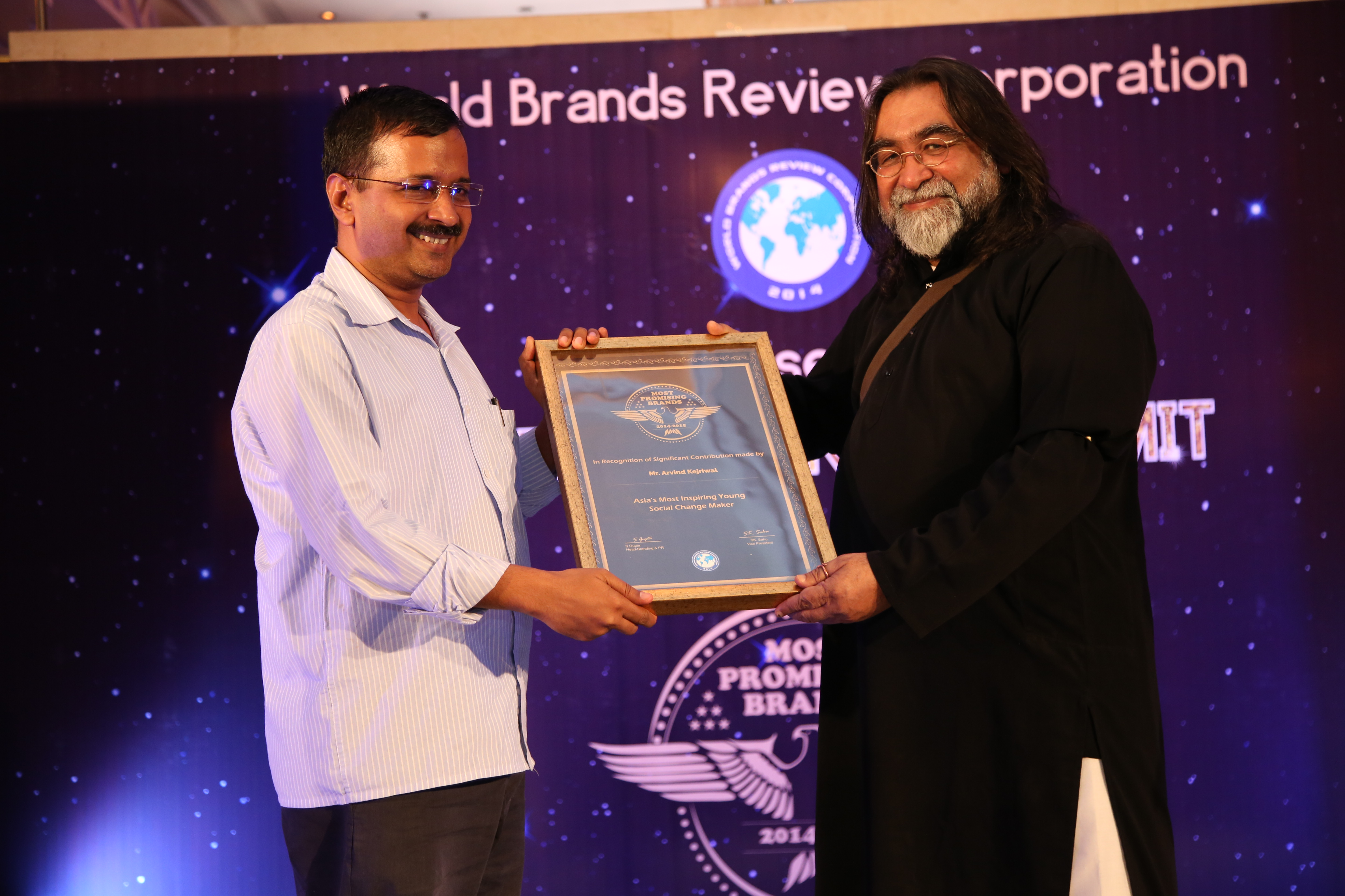 Aam Admi Party Chief Arvind Kejriwal receives award at Asia Awards @ World Brands Summit 2014