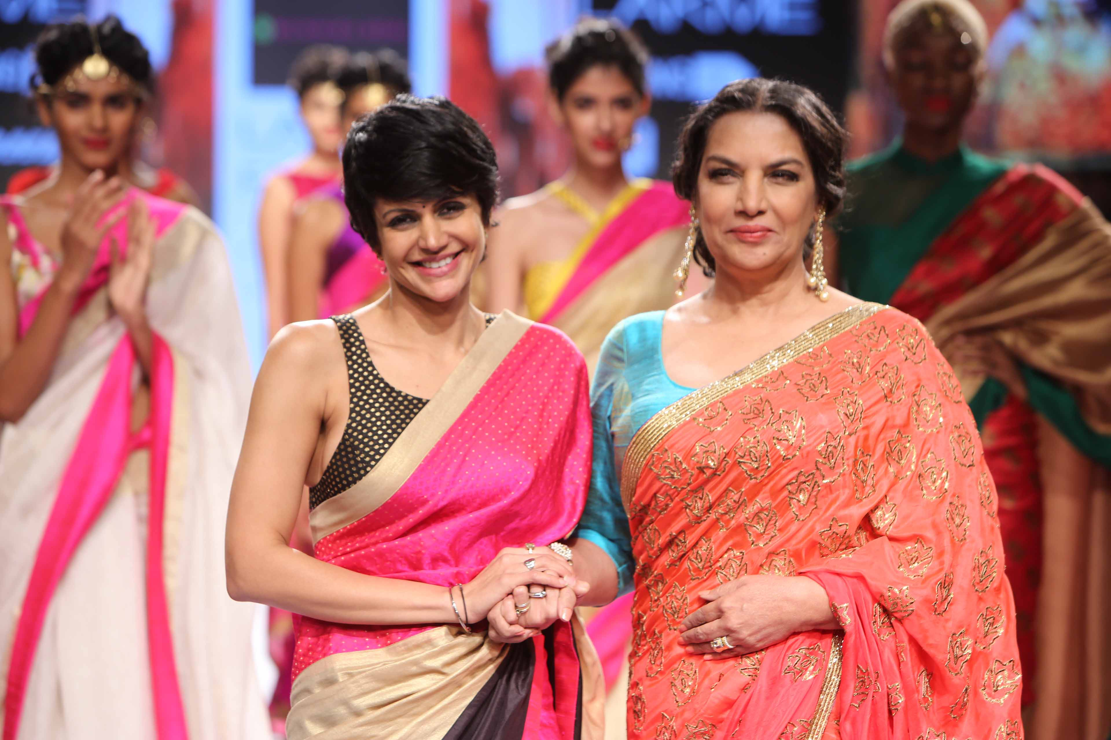 Show Stopper Shabana Azmi with designer Mandira Bedi at Lakme Fashion Meek SR 15 (1)
