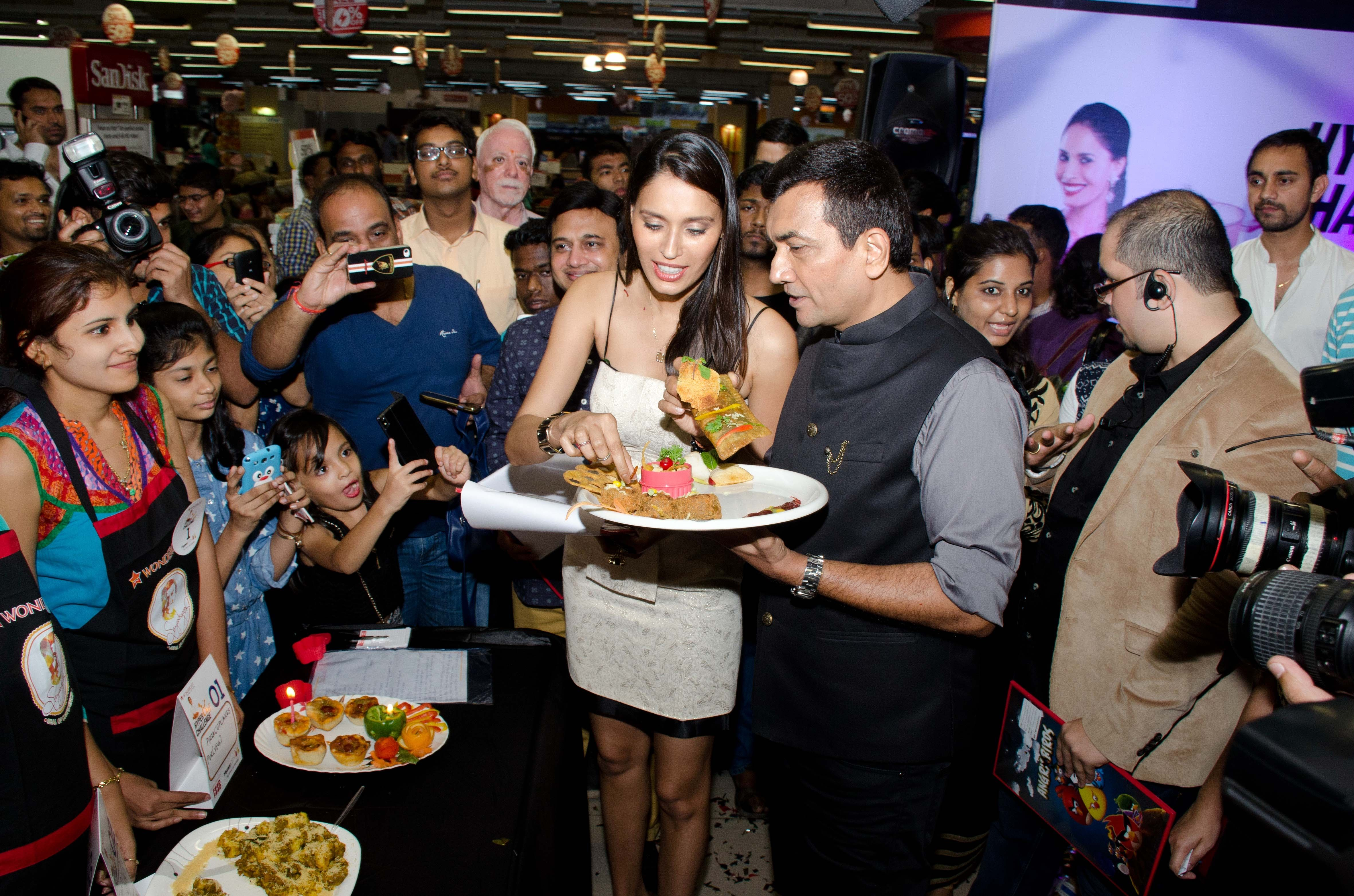 Chef sanjeev kapoor announces the winners of the hyperchef l r supermodel ujjwala raut and chef sanjeev kapoor at hypercity hyperchef challenge food tasting forumfinder Image collections